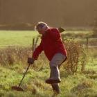 Человек с металлодетектором в английской рекламе (видео)